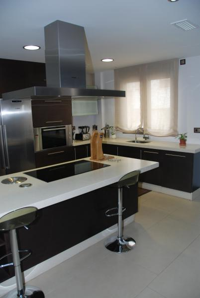 Cocina funcional con peninsula cocinas murcia for Cocinas vitroceramicas
