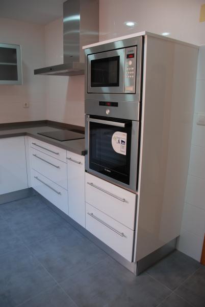 Cocina blanca en l cocinas murcia for Cocina 3 metros lineales