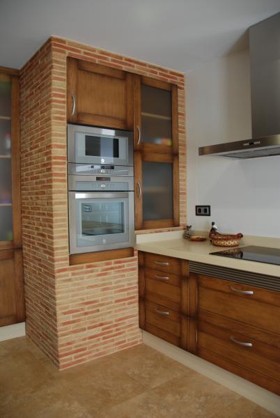 Cocina clasica con columna en obra cocinas murcia for Cocinas de obra