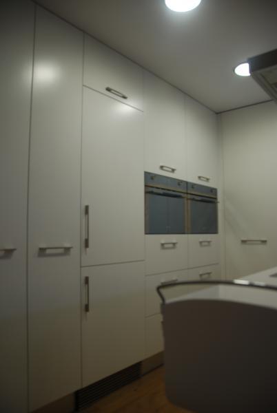 Cocina minimalista en blanco cocinas murcia for Muebles de cocina hasta el techo