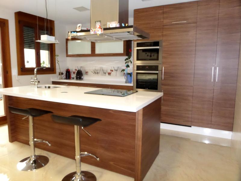 Cocinas con isla cocinas murcia - Cocinas con frigorifico americano ...
