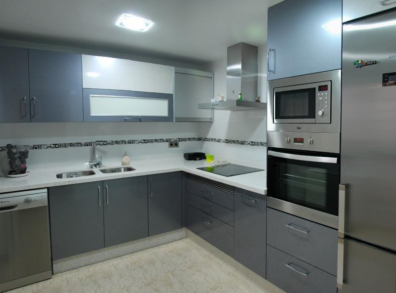 Cocina en color gris y blanco cocinas murcia for Mueble gris y blanco