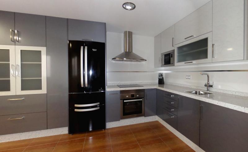 Cocinas en laminado combinado cocinas murcia for Cocinas blancas y grises fotos