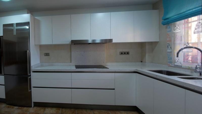 Cocina blanca en l sin tiradores cocinas murcia - Cocina sin tiradores ...