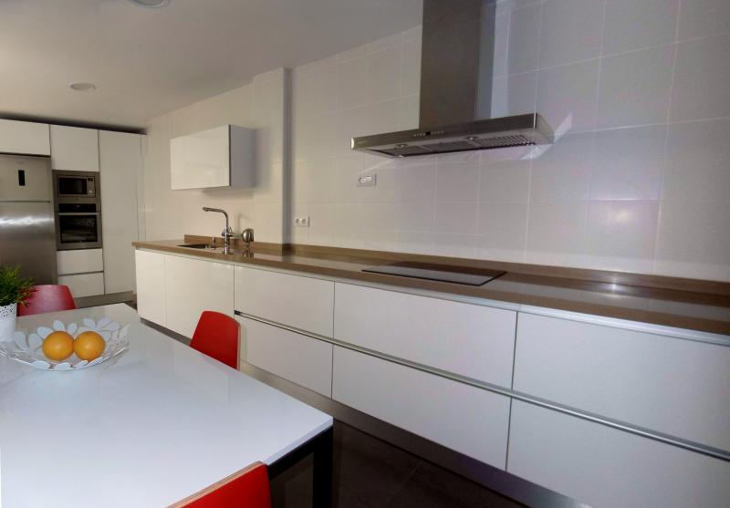 Cocinas en dos tramos cocinas murcia for Cocinas sin tiradores