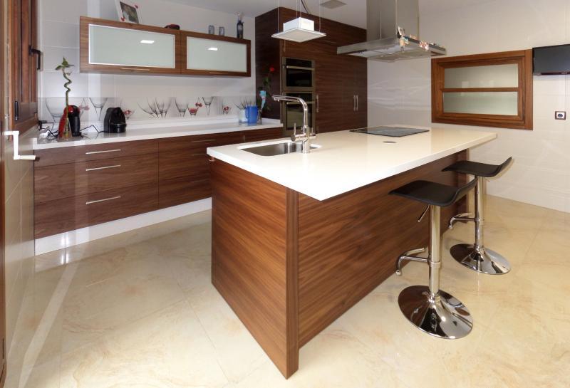 Cocinas con isla cocinas murcia for Cocinas tipo americano modernas