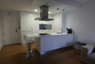 Cocina minimalista en blanco