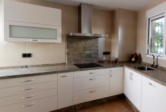 Cocina en dm lacado blanco mate cocinas murcia - Muebles lacados en blanco brillo ...